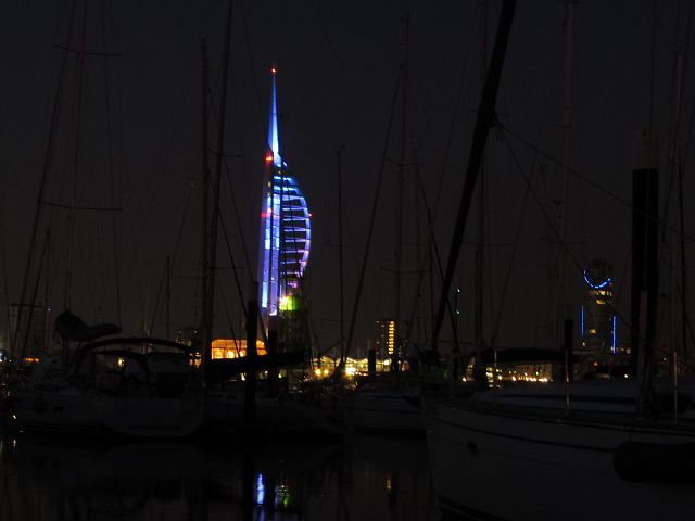 Der Spinnaker - Tower in Portsmouth bei Nacht