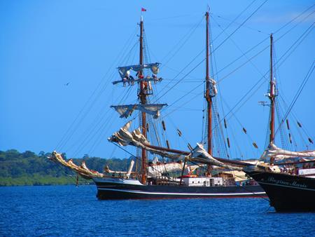 Vor der Regina Maris packt die Crew der Thor Heyerdahl auf den Rahen die Segel ein