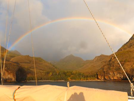 Hakaotu: Unsere Ankerbucht mit Regen und Sonne
