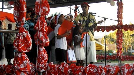 Der Weihnachtsmarkt: tropisch dargebotene Weihnachtslieder