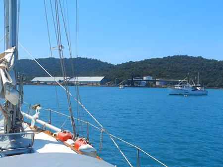 Zuckerrohrfabrik und ein paar Fischerboote