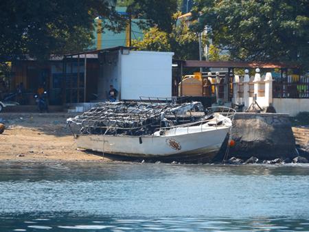 Das ausgebrannte Wrack am Strand
