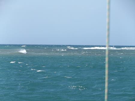 Kurz vor Niedrigwasser laufen die Wellen gegen unser schützendes Riff