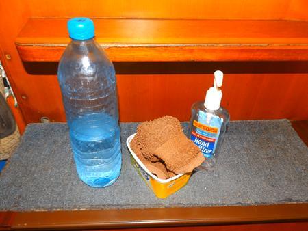 Brauchwasserflasche, Margarinetopf mit Waschlappen und Handdesinfektion