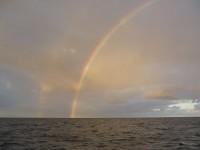 Regen auf der Biskaya in 8 sm Entfernung. Über uns scheint die Sonne