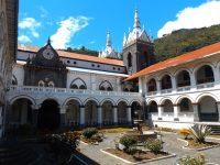 Kleiner Ort großes Kirchengelände