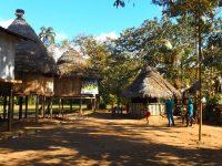 15 Dorfleben: Kinder spielen nach der Schule