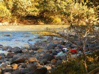 17 Im Fluß gewasche Wäsche trocknet auf den Steinen