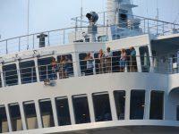 Die Passagiere beobachten das Ankerschauspiel