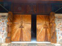 Polynesische Tradition und Christentum am Kirchportal