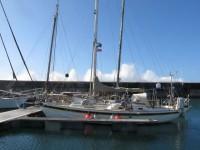 Cascais: Der Atlantik guckt über die Hafenmole