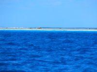 Die Lagune nur von einem Korallenstreifen getrennt