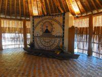 traditionelle Textilarbeit und ein Auslegerkanu
