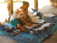 Hier wir aus einer Baumrinde ein traditionelles Tuch