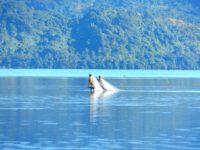 Auf dem Riff gleich hinter Gegenwind melanesische Fischer bei Ebbe