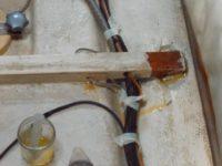 Reparatur unter den Bodenbrettern