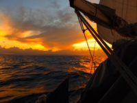 Gewitterwolken über den Indonesischen Inseln ziehen auf