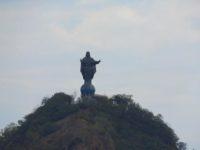 Eine Christusstatue thront über der Bucht von Dili