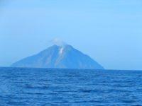 der-rauchende-schlot-der-vulkaninsel-komba-2