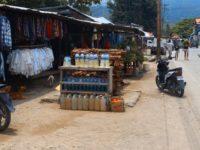 Benzin für den Motorroller zum Verkauf abgefüllt in Flaschen