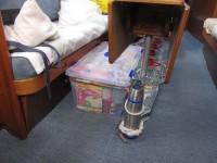 Proviant für die ersten Tage und Notfallwasser unter dem Salontisch