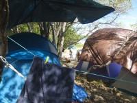 Die Einheimischen verbringen das Wochenende am Strand