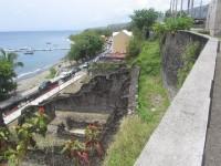 Moderne Strandpromenade mit den Ruinen des alten Handelszentrums