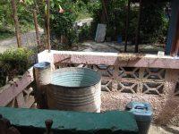 Fließendes Wasser zu Hause wird durch ein Wasserfaß ersetzt