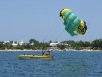 Bloody Bay: Umkreist von fliegenden Urlaubern