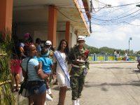 Miss Nicaragua im geleit ihres Soldaten