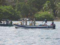 Geschmückte Fischerboote navigieren die Miss mit ihren Soldentenbegleitern ums Ankerfeld