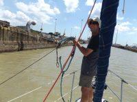 Beim Leinenhändeln durch den Panamakanal auf der Melimila