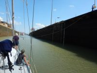 Beim Leinenhändeln durch den Panamakanal